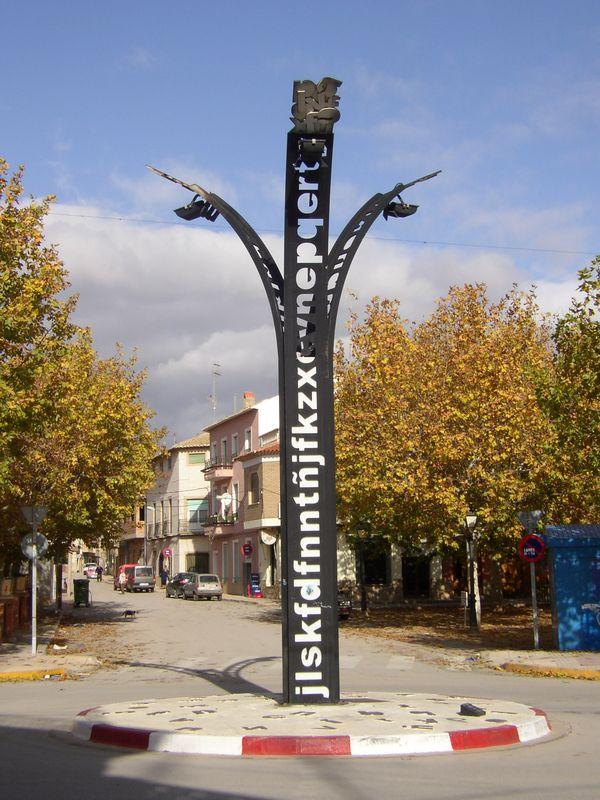 Casas Ibáñez. Farola moderna con alusión a la lectura.