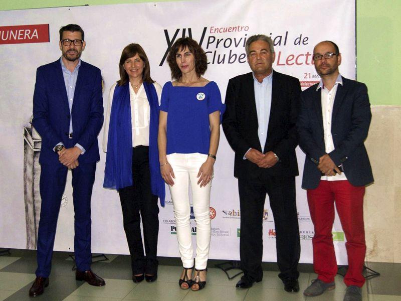 Ángeles Martinez, alcaldesa de Munera y representantes, Biblioteca, JCCM y Diputación con Ángel Arenas