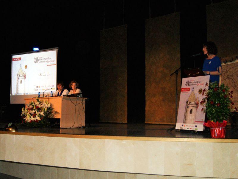Nieves Ruiz presentando a Julia Navarro